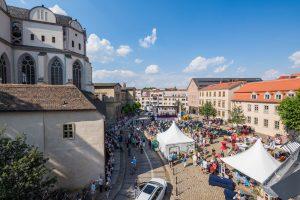 Blick von oben auf das Barockfest am Domplatz mit Bühne und verschiedenen Ständen sowie zahlreichen Besuchern
