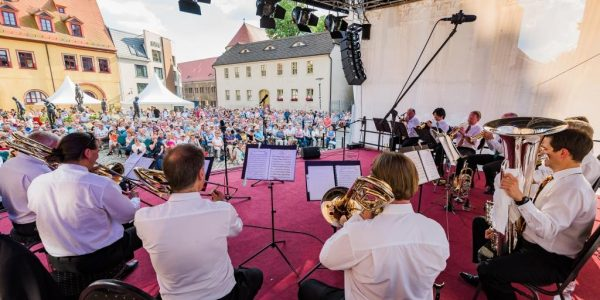 Das Posaunen-Ensemble von hinten auf der Bühne zu sehen, vor Ihnen eine begeisterte Menge beim Barockfest 2018
