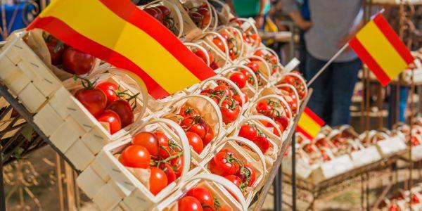 Tomaten in kleinen Körbchen, dekoriert mit spanischen Flaggen