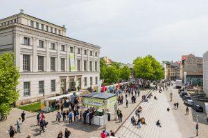 Blick auf den Uniplatz Halle während des Hochschulinformationstags