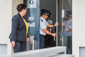 Die Polizei testet die Schließanlage des sanierten Objekts