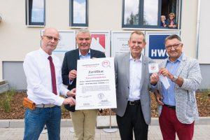 Dr. Bern Wiegand, Holger Stahlknecht, Jürgen Marx und Alfred Knoke (v.l.n.r.) bei der Übergabe des Sicherheitszertifikats
