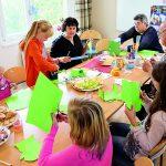 Kinder unter Aufsicht Erwachsener beim geimeinsamen Basteln