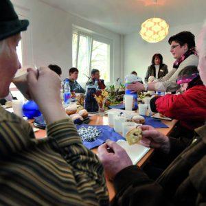 Senioren und Erwachsene beim gemeinsamen Kaffeenachmittag
