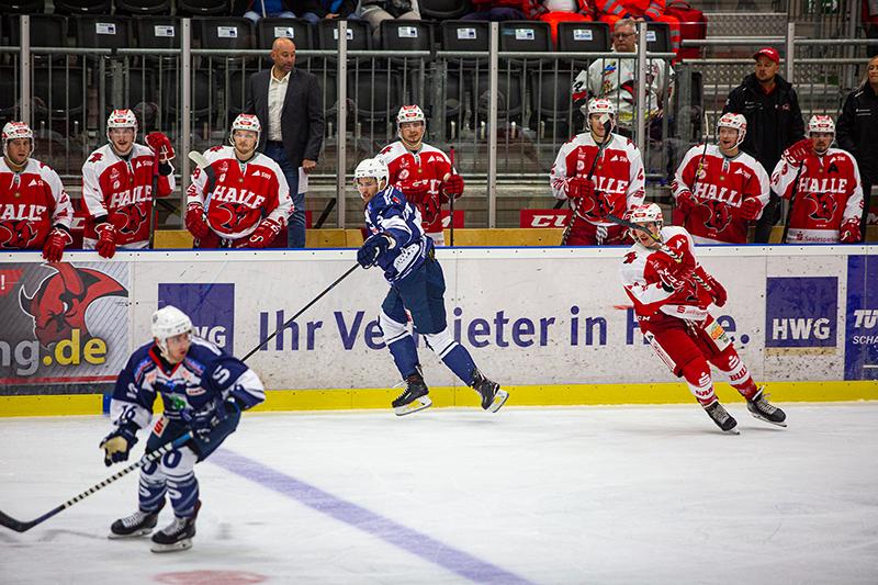 Eishockeyspiel, Saale Bulls hinter der HWG-Bande