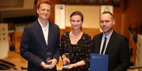 Herr Grothe, Frau Alter und Herr Girod halten glücklich die Auszeichnungen in der Hand