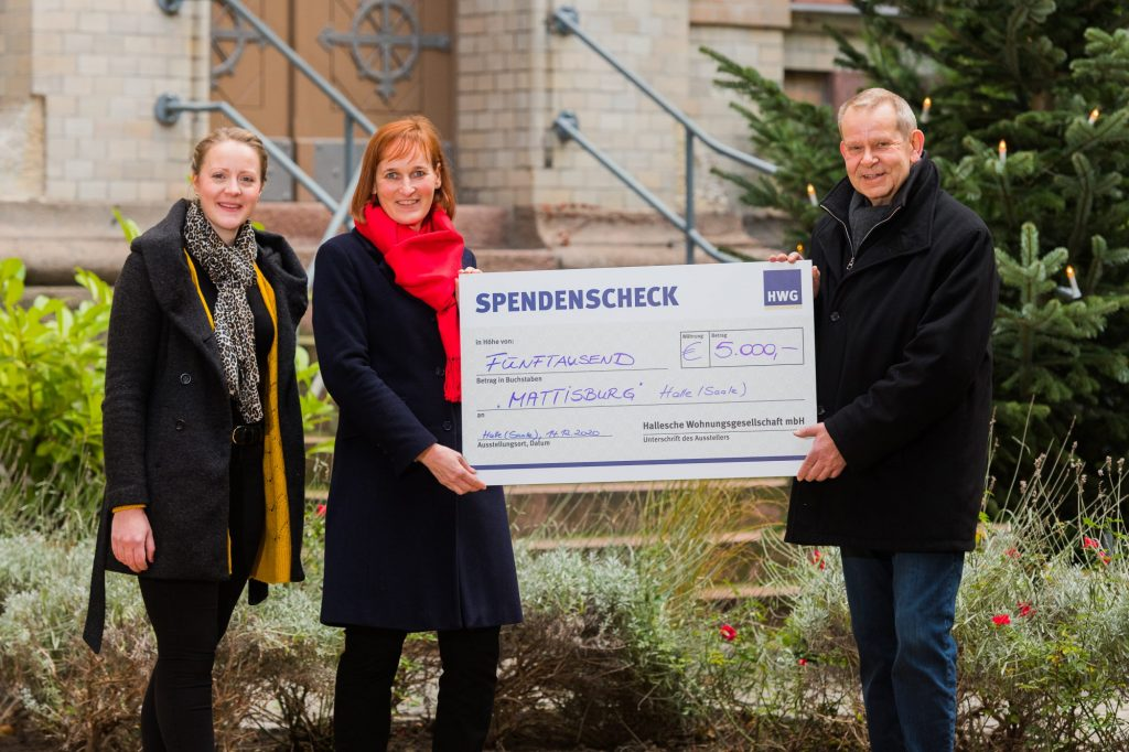 HWG-Geschäftsführer übergibt Spendenscheck an Mattisburg Halle