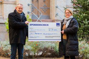 HWG-Geschäftsführer Jürgen Marx übergibt Spendenscheck an Claudia Rosa, stellvertretende DRK-Kreisgeschäftsführerin.