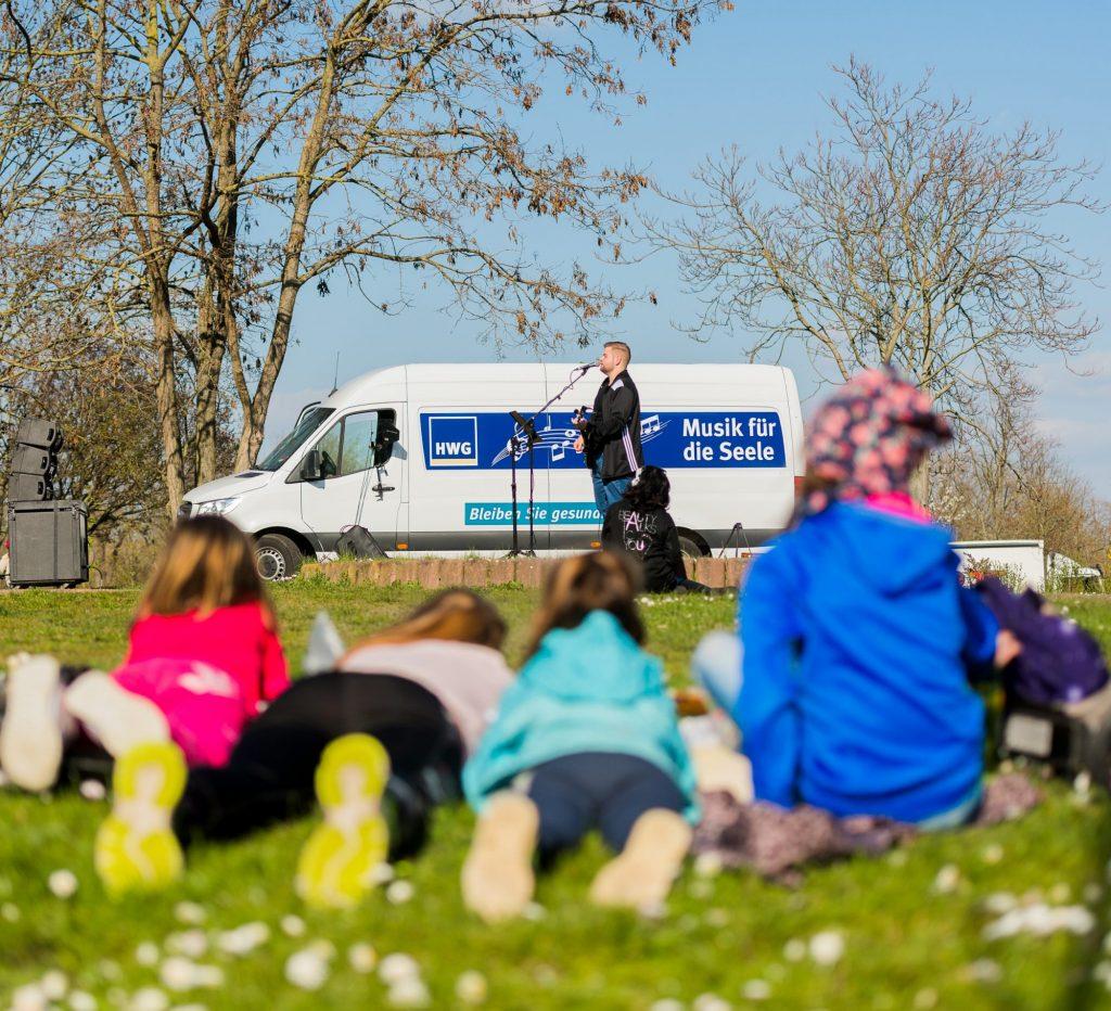 HWG Hofkonzerte mit Jan Nossek. Vordergrund vier Kinder
