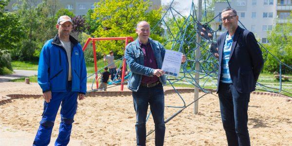 Übergabe Spielplatzpatenschaftsurkunde von der Stadt an die HWG