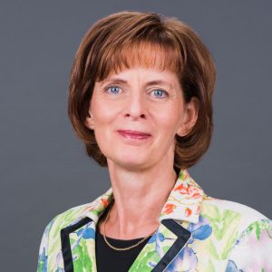 HWG Geschäftsführerin Porträt vor grauem Hintergrund